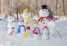 mum för farsafallsfamilj som ler utomhus vinter för snowsnowmanson Arkivbild