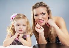 Mum feliz com o retrato da filha Foto de Stock