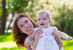 Mum feliz e sua criança que jogam no parque junto Fotografia de Stock