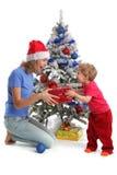 Mum geeft een gift aan de dochter voor Kerstmis Stock Foto