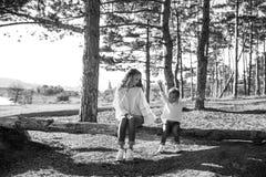 Mum i córka ma zabawę wpólnie outdoors obrazy royalty free