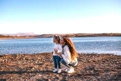 Mum i córka ma zabawę wpólnie outdoors zdjęcia stock