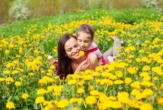 Mum i dzieciaka dziewczyny dziecko wśród kolorów żółtych kwiatów dandelions Obraz Stock
