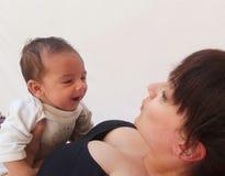 Mum i dziecko trenuje wpólnie zdjęcie stock