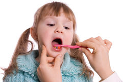 Mum maakt tanden schoon aan een dochter Royalty-vrije Stock Foto