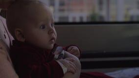 Mum met babydochter op autoreis stock video