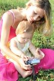 Mum met de dochter stock fotografie