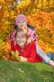 Mum met een dochter in de herfstpark Stock Foto