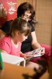 Mum met een dochter las het boek Royalty-vrije Stock Fotografie