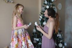 Mum met een dochter verfraait Kerstboom, voorbereidingen treffend voor Kerstmis, decoratie, decor, levensstijl, familie, familiew Stock Afbeeldingen