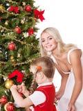 Mum met een dochter verfraait Kerstmisboom. Stock Foto's