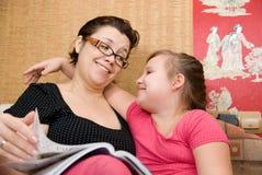 Mum met een dochterglimlach Royalty-vrije Stock Afbeeldingen