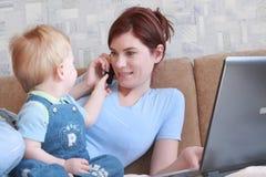 Mum met het kind Stock Afbeelding