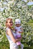 Mum met het kind in bloemen Royalty-vrije Stock Afbeelding
