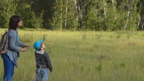 Mum- och barnflygdrake i träna lager videofilmer