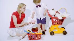 Mum och hennes spela för son Toy Shop lager videofilmer