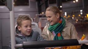 Mum och son som talar, när resa med bussen i aftonen stock video