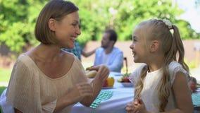 Mum que diz a filha a boa notícia, mostrando os polegares acima, a surpresa e a alegria agradáveis vídeos de arquivo