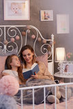 Mum reading to daughter Royalty Free Stock Photos