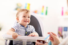 Mum spoon-feeds dziecka obrazy stock
