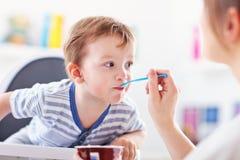 Mum spoon-feeds dziecka obraz royalty free