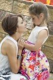 Mum troost de dochter Royalty-vrije Stock Fotografie