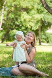 Mum walks with the child i Royalty Free Stock Photography