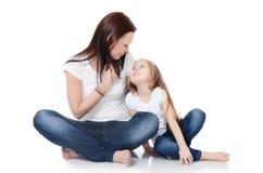 Mum z córką na bielu zdjęcia royalty free