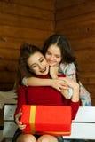 Mum z córką rozważa prezent zdjęcia royalty free