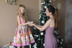 Mum z córką dekoruje choinki, przygotowywa dla bożych narodzeń, dekoracja, wystrój, styl życia, rodzina, wartości rodzinne Obrazy Stock
