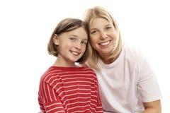 Mum z nastolatek córką śmia się i ściska, odizolowywający na białym tle Czułość i miłość zdjęcia stock