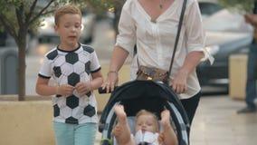 Mum z syna i dziecka córką ma spacer w mieście zdjęcie wideo