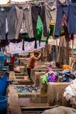 MUMBAI, ΙΝΔΊΑΣ - 10 ΙΟΥΛΊΟΥ, 2016: Εργαζόμενοι πλυντηρίων που πλένουν τα υφάσματα στο διάσημο ορόσημο σε MUMBAI - Dhobi Ghat Στοκ Εικόνες