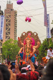 MUMBAI, ΙΝΔΊΑΣ - 18.2013 ΣΕΠΤΕΜΒΡΊΟΥ: Το αντίο προσφορών θιασωτών στο Λόρδο Ganesha ως δέκα-ημέρα-μακρύ ινδό φεστιβάλ τελειώνει σ Στοκ φωτογραφίες με δικαίωμα ελεύθερης χρήσης