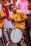 MUMBAI, ΙΝΔΊΑΣ - 18.2013 ΣΕΠΤΕΜΒΡΊΟΥ: Το Dhol Pathak - η ομάδα νεολαίας που παίζει το παραδοσιακό όργανο Dhol στο immersi Ganesh Στοκ φωτογραφία με δικαίωμα ελεύθερης χρήσης