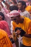 MUMBAI, ΙΝΔΊΑΣ - 18.2013 ΣΕΠΤΕΜΒΡΊΟΥ: Το Dhol Pathak - η ομάδα νεολαίας που παίζει το παραδοσιακό όργανο Dhol στο immersi Ganesh Στοκ Εικόνες