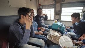 Mumbai, Ινδία - 17 Δεκεμβρίου 2018: Μια ινδική οικογένεια ταξιδεύει σε ένα τουριστικής θέσης τραίνο απόθεμα βίντεο