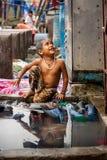 MUMBAI, ΙΝΔΊΑ - 7 ΙΟΥΛΊΟΥ 2016: Παιδί της Ινδίας - πορτρέτο του νέου μικρού παιδιού κοριτσιών της Ινδίας έτοιμου να πάρει ένα λου Στοκ Εικόνες