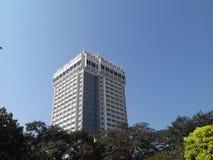 Mumbai ξενοδοχείων Oberoi με τα δέντρα γύρω Στοκ φωτογραφία με δικαίωμα ελεύθερης χρήσης