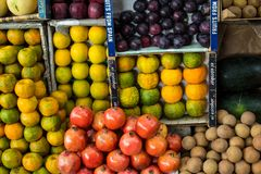 Mumbai, στις 20 Νοεμβρίου 2018: ζωηρόχρωμα φρούτα και λαχανικά στο άλας στοκ εικόνες