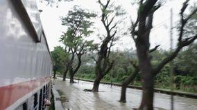 Mumbai au voyage en train de Pune en jours pluvieux dans le secteur de colline, station entrante Khandala de train banque de vidéos