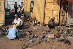 Mumbai/Inde - 23/11/14 - briseurs de bateau démolissant une partie d'Institut central des statistiques Vikrant dans le bateau de  Images libres de droits