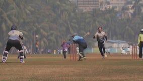 Mumbai, Inde - 5 d?cembre 2018 : Les gens jouant au cricket dans le Central Park chez Mumbai, vue de mouvement lent banque de vidéos