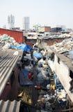 Mumbai/Inde - 24/11/14 - dessus de toit de taudis de Dharavi, piles des déchets de plastique du consommateur Photographie stock libre de droits