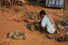 Mumbai/Inde - 23/11/14 - embarquent le briseur au travail dans le bateau de Darukhana cassant la cour, cassant le matériel mécani Photographie stock libre de droits