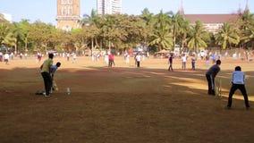 MUMBAI, INDE - MARS 2013 : Les gens en parc jouant le cricket banque de vidéos