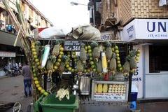 Mumbai/Inde - 22/11/14 - vendeur de stalle de jus d'ananas Photos stock