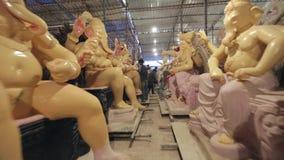 Mumbai India 14 Augustus, 2014: Ganeshidool onder het maken voor Ganesh Festival in Mumbai stock video