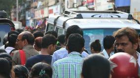 Mumbai India 9 Augustus, 2014: Overvolle weg voor het winkelen voor aanstaande festivallen in Mumbai stock footage