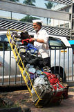 Mumbai, India/Dabbawala dostawa przy Churchgate stacją kolejową w Mumbai z dabbawala rozładowywa pierwszych kilka tiffi - 24/11/1 Zdjęcia Royalty Free